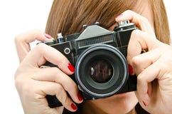 Νέο κορίτσι με τη φωτογραφική μηχανή Στοκ φωτογραφία με δικαίωμα ελεύθερης χρήσης