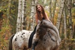 Νέο κορίτσι με το άλογο appaloosa το φθινόπωρο Στοκ φωτογραφία με δικαίωμα ελεύθερης χρήσης