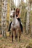 Νέο κορίτσι με το άλογο appaloosa το φθινόπωρο Στοκ Φωτογραφία
