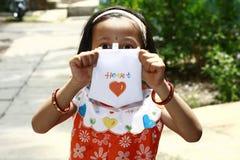 Νέο κορίτσι με το έγγραφο καρδιών Στοκ φωτογραφίες με δικαίωμα ελεύθερης χρήσης