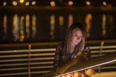 Νέο κορίτσι με το έξυπνος-τηλέφωνο που οι κακές ειδήσεις σε Διαδίκτυο στοκ εικόνες