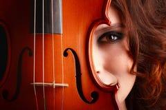 Νέο κορίτσι με το βιολί Στοκ φωτογραφία με δικαίωμα ελεύθερης χρήσης