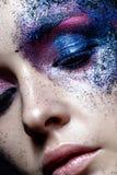 Νέο κορίτσι με το δημιουργικό makeup με τη σύσταση Όμορφο πρότυπο με τα σπινθηρίσματα Καθιερώνοντα τη μόδα πορφυρά smokies Ομορφι Στοκ φωτογραφία με δικαίωμα ελεύθερης χρήσης