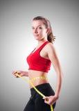 Νέο κορίτσι με το εκατοστόμετρο να κάνει δίαιτα στην έννοια Στοκ Φωτογραφίες