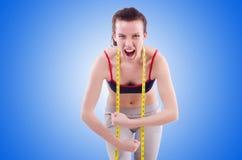 Νέο κορίτσι με το εκατοστόμετρο να κάνει δίαιτα στην έννοια Στοκ εικόνα με δικαίωμα ελεύθερης χρήσης