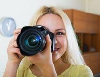 Νέο κορίτσι με το επαγγελματικό photocamera Στοκ Φωτογραφία