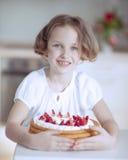 Νέο κορίτσι με το κέικ Στοκ εικόνες με δικαίωμα ελεύθερης χρήσης