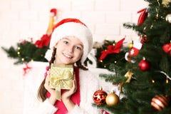 Νέο κορίτσι με το κιβώτιο δώρων στοκ εικόνες