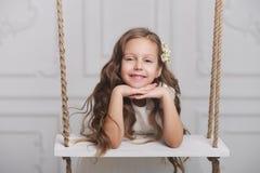 Νέο κορίτσι με το μακροχρόνιο hairl στην ταλάντευση Στοκ εικόνα με δικαίωμα ελεύθερης χρήσης
