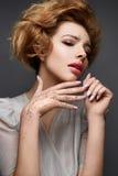 Νέο κορίτσι με το μεθύστακα hairstyle και σύνθεση Nude Όμορφο πρότυπο με τα τσέκια στα φρύδια και το ευγενές ρόδινο μανικιούρ Στοκ Φωτογραφίες