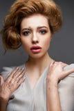 Νέο κορίτσι με το μεθύστακα hairstyle και σύνθεση Nude Όμορφο πρότυπο με τα τσέκια στα φρύδια και το ευγενές ρόδινο μανικιούρ Στοκ φωτογραφία με δικαίωμα ελεύθερης χρήσης