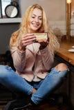 Νέο κορίτσι με το πλαστό κέικ Στοκ Φωτογραφία