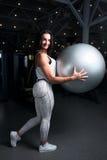 Νέο κορίτσι με το σεξουαλικό διογκωμένο αριθμό, στη γυμναστική που κρατά μια τακτοποίηση στοκ εικόνα με δικαίωμα ελεύθερης χρήσης