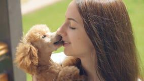 Νέο κορίτσι με το σκυλί της στον υπαίθριο φιλμ μικρού μήκους