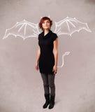 Νέο κορίτσι με το σχεδιασμό κέρατων και φτερών διαβόλων Στοκ φωτογραφία με δικαίωμα ελεύθερης χρήσης