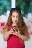 Νέο κορίτσι με το τηλέφωνο κυττάρων στοκ εικόνες