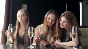 Νέο κορίτσι με το τηλέφωνο στα χέρια σε ένα κόμμα, τηλεφωνικός εθισμός απόθεμα βίντεο