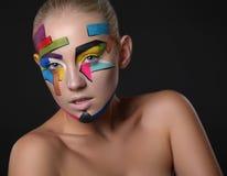 Νέο κορίτσι με το φωτεινό γεωμετρικό σχέδιο στο πρόσωπό της ο σκοτεινός δαίμονας αποκριές ανασκόπησης κάνει το αρσενικό ύφος πορτ Στοκ φωτογραφίες με δικαίωμα ελεύθερης χρήσης