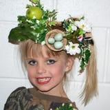 Νέο κορίτσι με το floral καπέλο στοκ φωτογραφίες με δικαίωμα ελεύθερης χρήσης