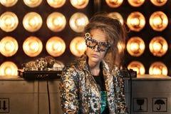 Νέο κορίτσι με το makeup της ανώτερης γυναίκας Ηλικιωμένη γιαγιά που παίζει μια κονσόλα του DJ στοκ εικόνα