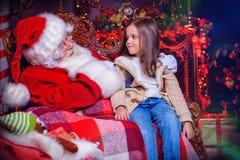 Νέο κορίτσι με το santa στοκ φωτογραφίες