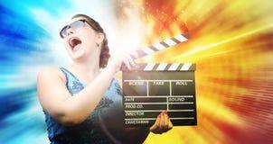 Νέο κορίτσι με clapper το χαρτόνι στο αφηρημένο χρώμα Στοκ Εικόνες