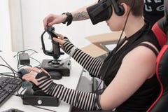 Νέο κορίτσι με VR - παιχνίδι παιχνιδιών γυαλιών στο PC σε Animefest Στοκ Φωτογραφία