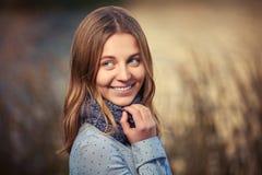 Νέο κορίτσι μόδας στο ανοικτό μπλε περπάτημα πουκάμισων και μαντίλι υπαίθριο Στοκ φωτογραφία με δικαίωμα ελεύθερης χρήσης
