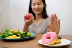 Νέο κορίτσι να κάνει δίαιτα για την έννοια καλών υγειών στοκ φωτογραφία με δικαίωμα ελεύθερης χρήσης