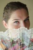 Νέο κορίτσι ομορφιάς με τα μπλε μάτια και το δίπλωμα του ανεμιστήρα Στοκ φωτογραφία με δικαίωμα ελεύθερης χρήσης