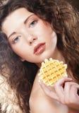 Νέο κορίτσι ομορφιάς με το κέικ Στοκ εικόνες με δικαίωμα ελεύθερης χρήσης