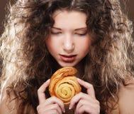 Νέο κορίτσι ομορφιάς με το κέικ Στοκ Εικόνες