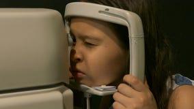 Νέο κορίτσι που έχει τα μάτια της δοκιμασμένα απόθεμα βίντεο