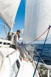 Νέο κορίτσι που έχει το ταξίδι στο πλέοντας γιοτ στη θυελλώδη θάλασσα στοκ εικόνες