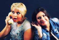 Νέο κορίτσι που ακούει μια ώριμη γυναίκα τηλεφωνικής συζήτησης Στοκ φωτογραφίες με δικαίωμα ελεύθερης χρήσης