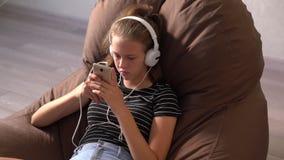 Νέο κορίτσι που ακούει τη μουσική της στο εσωτερικό φιλμ μικρού μήκους