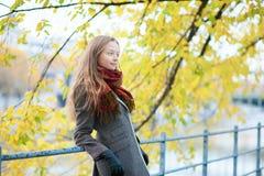 Νέο κορίτσι που απολαμβάνει την όμορφη ημέρα πτώσης ή άνοιξης Στοκ Φωτογραφίες