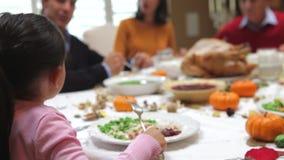 Νέο κορίτσι που απολαμβάνει το γεύμα οικογενειακής ημέρας των ευχαριστιών απόθεμα βίντεο