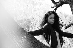 Νέο κορίτσι που βρίσκεται σε μια βάρκα που επιπλέει στη λίμνη Στοκ φωτογραφίες με δικαίωμα ελεύθερης χρήσης