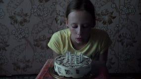Νέο κορίτσι που εκρήγνυται τα κεριά γενεθλίων απόθεμα βίντεο