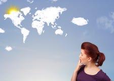 Νέο κορίτσι που εξετάζει τα παγκόσμιους σύννεφα και τον ήλιο στο μπλε ουρανό Στοκ εικόνα με δικαίωμα ελεύθερης χρήσης