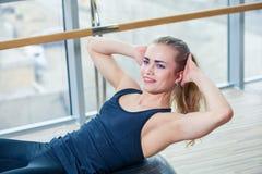 Νέο κορίτσι που επιλύει στη γυμναστική με μια σφαίρα Στοκ Εικόνες