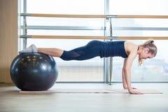 Νέο κορίτσι που επιλύει στη γυμναστική με μια σφαίρα Στοκ εικόνες με δικαίωμα ελεύθερης χρήσης