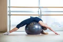 Νέο κορίτσι που επιλύει στη γυμναστική με μια σφαίρα Στοκ εικόνα με δικαίωμα ελεύθερης χρήσης