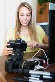 Νέο κορίτσι που εργάζεται με το photocamera Στοκ φωτογραφία με δικαίωμα ελεύθερης χρήσης