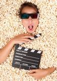 Νέο κορίτσι που θάβεται popcorn στοκ εικόνα με δικαίωμα ελεύθερης χρήσης