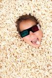 Νέο κορίτσι που θάβεται popcorn στοκ φωτογραφίες