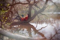 Νέο κορίτσι που διαβάζει ένα βιβλίο Στοκ Φωτογραφία