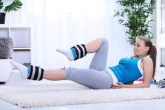 Νέο κορίτσι που κάνει την άσκηση με τα βάρη ποδιών στοκ φωτογραφία με δικαίωμα ελεύθερης χρήσης