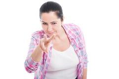 Νέο κορίτσι που κάνει την προσοχή σας χειρονομία Στοκ εικόνες με δικαίωμα ελεύθερης χρήσης